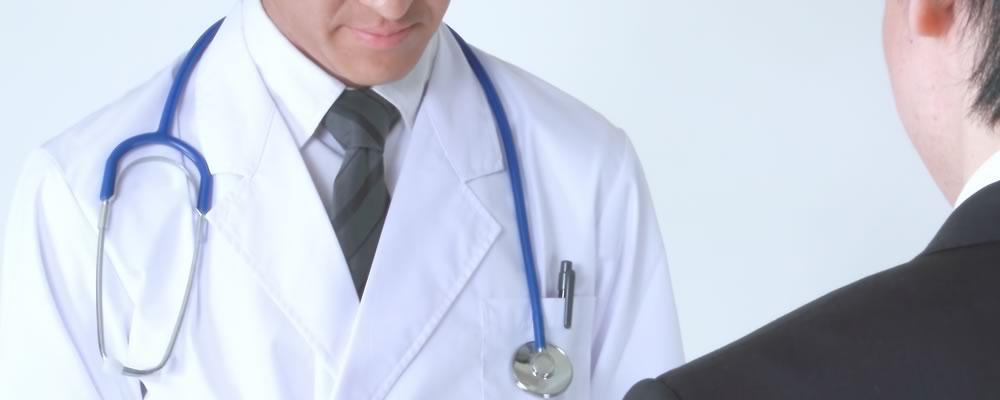 包茎治療後に気をつけることを説明する医師と患者