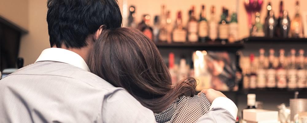 包茎治療後なぜかモテるようになった男性と肩に寄り添う女性