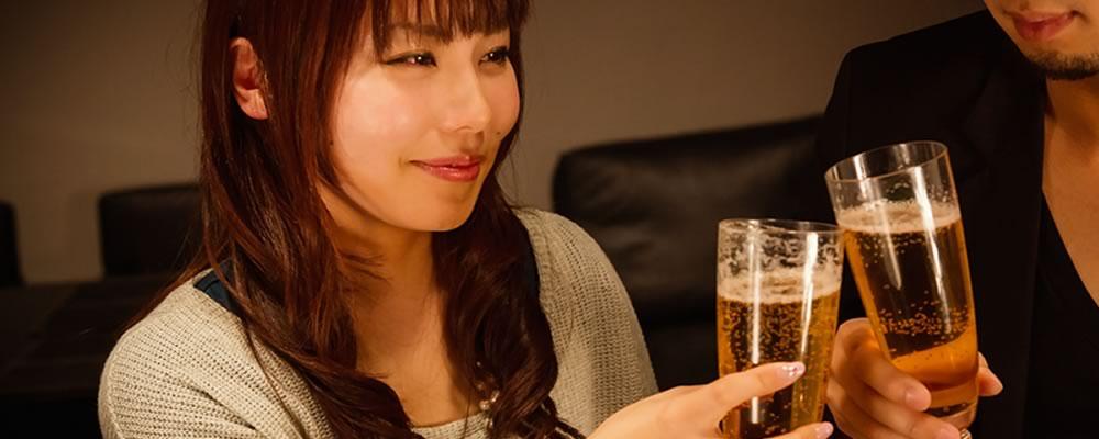 包茎治療で自信を取り戻した男性と楽しそうにお酒を飲む女性