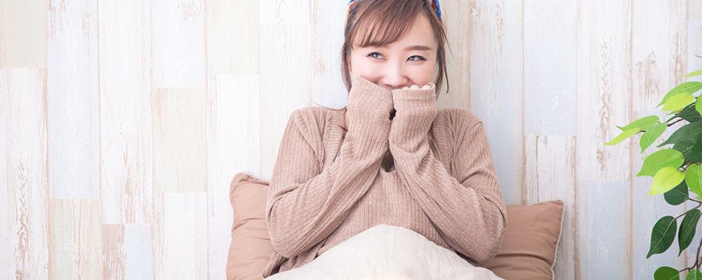 ベッドの中で笑顔を見せる女性
